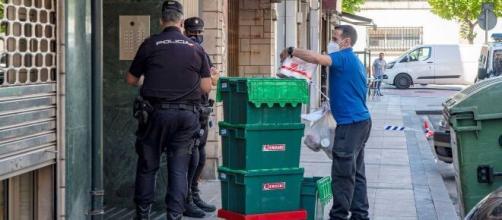 Personal policial interviene en un confinamiento quirúrgico, para aislar infectados por rebrotes