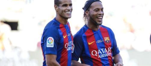 Rivaldo e Ronaldinho jogando pelo Barcelona. (Arquivo Blasting News)