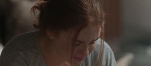 Eliza flagra fotografia de Jonatas em momento íntimo com outra. (Reprodução/TV Globo)