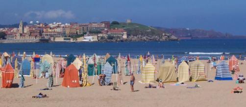 Las playas de Gijón tendrán mejoras en sus servicios para el verano.