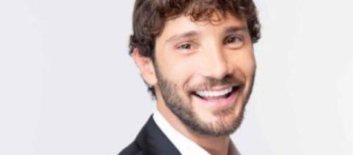 Stefano De Martino: l'omaggio a Massimo Troisi si trasforma in una frecciatina a Belen.