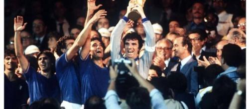Zoff alza al cielo la Coppa del Mondo: sabato 6 giugno su Raisport Italia-Germania Ovest 1982.