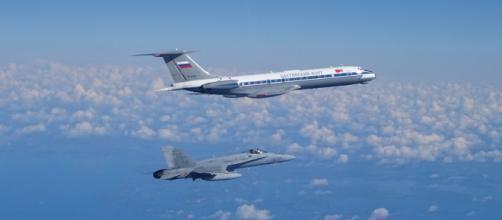 """F-18 del Destacamento """"Vilkas"""" intercepta un Tu-134 al inicio de su misión en el Báltico"""