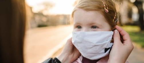 Médicos recomendam que crianças usem máscaras. (Arquivo Blasting News)