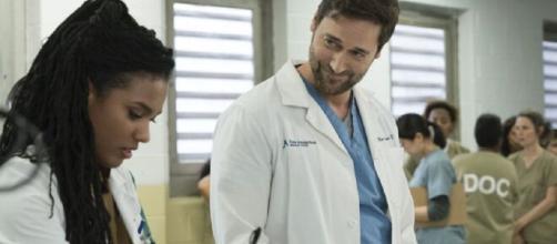 New Amsterdam, trama seconda puntata 11 giugno, Castro mente sul numero di partecipanti a un trial.