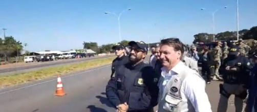 Sem máscara, Bolsonaro vai a Comando da Artilharia do Exército, em Formosa. (Arquivo Blasting News)