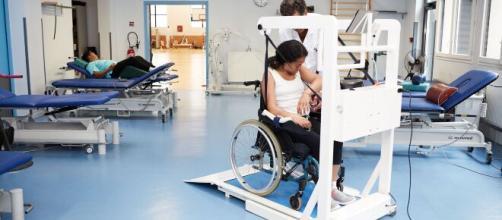 La machine ema® permet la rééducation de la marche sur tapis roulant (source : EzyGain)