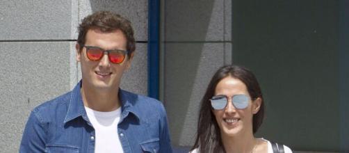 Malú y Albert Rivera publican la primera imagen de su hija y la televisión se hace eco de la noticia.