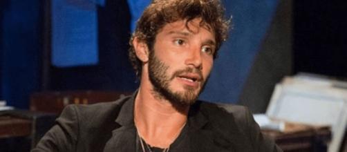 Stefano De Martino paparazzato mentre era in barca con una bionda misteriosa.