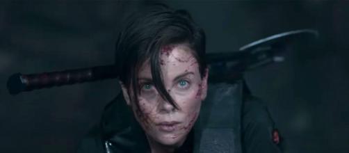 Charlize Theron em cena do filme de ação 'The Old Guard'. (Reprodução/Netflix)