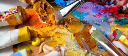 Pintar cuadros al óleo es una excelente actividad recreativa, que se puede hacer en casa durante este verano. - reviewbox.es