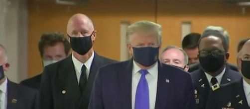 Coronavirus : Donald Trump porte un masque publiquement (Source photo : Capture The Guardian video)