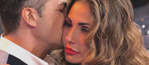 Ida Platano conferma la crisi con Riccardo e dichiara: 'Merito di essere felice'.