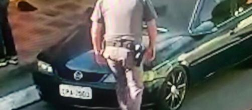Policial pisa em pescoço de mulher durante abordagem. (Reprodução/TV Globo)