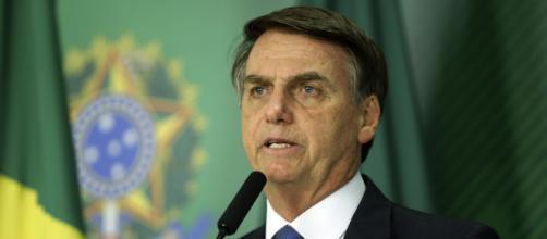 Bolsonaro é bicado por ema em Brasília. (Reprodução/Agência Brasil)