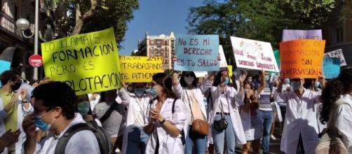 Los MIR de Madrid inician su huelga con una manifestación pacífica en las calles.