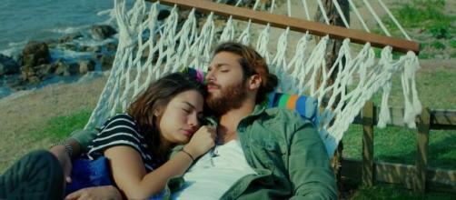 Daydreamer, trama 21 luglio: Divit e Sanem passano la notte insieme dormendo su un'amaca.