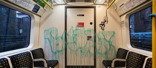 Disfrazado, Banksy pinta el Metro de Londres - MediaLab - edu.mx