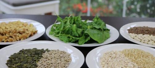 Hojas verdes y frutos secos para deportisras son el mejor alimento