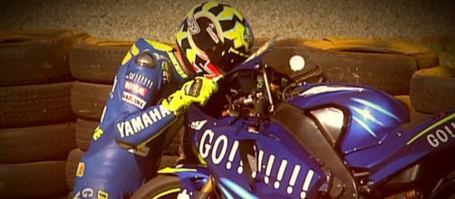 Il bacio di Valentino Rossi alla sua M1 dopo la vittoria a Welkom nel 2004