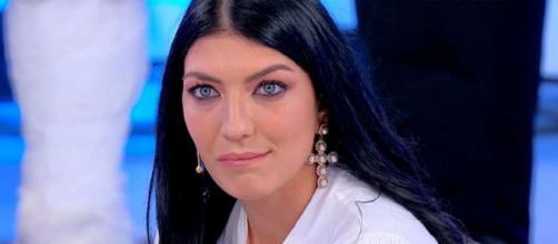 Uomini e Donne, Deianira su Giovanna: 'La gente è stufa, pure la Mennoia è disgustata'.