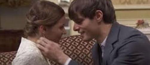 Una vita, trame 19-25 luglio: Emilio e Cinta si baciano.