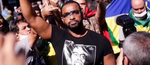 Emerson participando do protesto antifascista. (Arquivo Blasting News)
