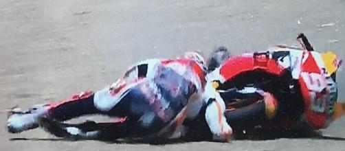 La caduta di Marc Marquez con la frattura dell'omero.