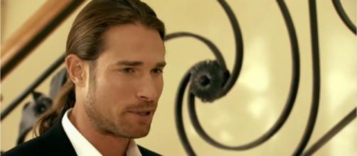 Sebastián Rulli interpreta Roberto Gamba. (Reprodução/Televisa)