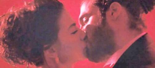 Daydreamer, trame turche: Sanem apprende che Divit è l'Albatros e si baciano.
