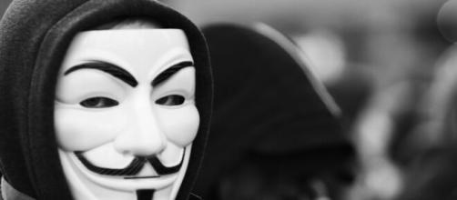 Anonymous sostiene che TikTok sia uno strumento di spionaggio gestito dal governo cinese.