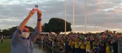 Bolsonaro é exaltado ao erguer caixa de cloroquina em Brasília. (Reprodução/Redes Sociais)