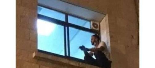 Homem escala parede de hospital para se despedir da mãe internada. (Reprodução/ Twitter)