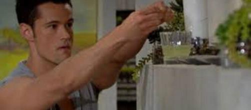 Beautiful, trame 27-31 luglio: Thomas mette della droga nel bicchiere di Liam.