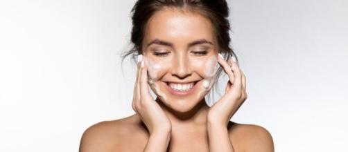 Skincare não exige, necessariamente, produtos caros para ser feita. (Arquivo Blasting News)