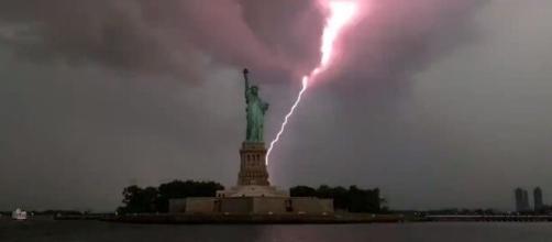 Relâmpagos e raios provocados por tempestade tropical causaram essa cena ao lado da Estátua da Liberdade. (Reprodução/ Twitter)