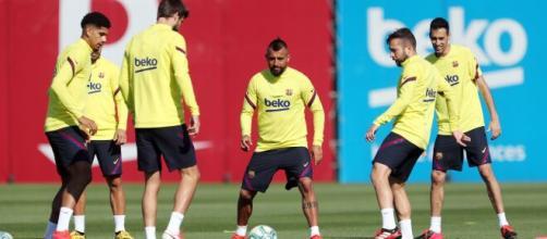 Varios futbolistas del F.C. Barcelona desoyen las medidas sanitarias para parar los rebrotes del mortal virus.