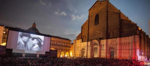 Bologna, goliardata di un 24enne: proietta film per adulti in piazza Maggiore