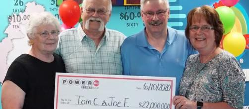 Homem ganha 22 milhões de dólares na loteria e divide prêmio com amigo. (Arquivo Blasting News)