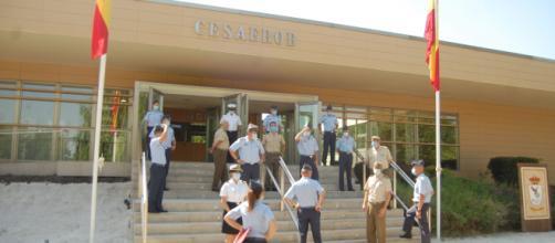 El personal militar del CESAEROB se reúne junto a la entrada príncipal del centro.