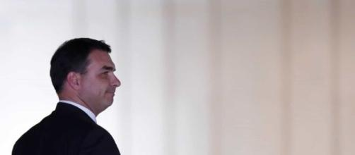 Flávio Bolsonaro: MP-RJ afirma que dinheiro na conta de Queiroz duplicou. (Arquivo Blasting News)