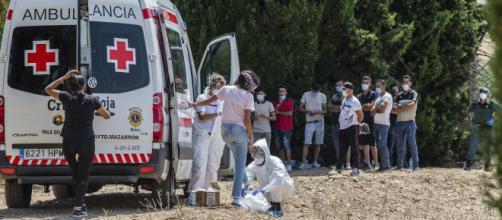 Inmigrantes ilegales llegan a las playas de Murcia, muchos dan positivo en los test de PCR de detección de coronavirus.