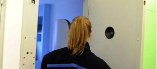 AMOUREUSE, ELLE COUVRAIT UN DÉTENU DE CADEAUX: UNE SURVEILLANTE DE PRISON INTERDITE D'EXERCER - photo capture d'écran Facebook ok