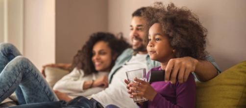 Assistir filmes com os filhos estimula a união em família. (Arquivo Blasting News)