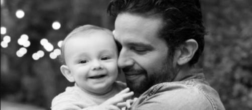 Filho de Nick Cordero diz a primeira palavra ao ver imagem dele. (Reprodução/Instagram)