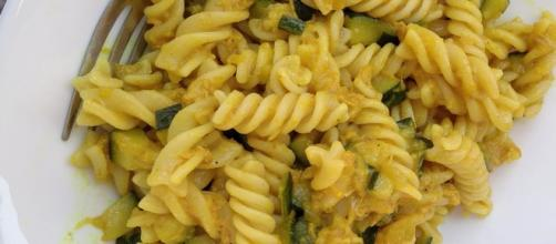 Pasta fredda: tonno, zucchine e curcuma.