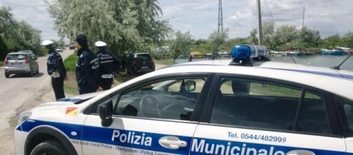 Ravenna, effusioni spinte presso l'area naturista di Lido di Dante: coppia multata per atti osceni in luogo pubblico.