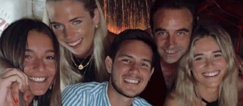 Enrique Ponce y Ana Soria con unos amigos en una foto del 27 de julio de 2020.