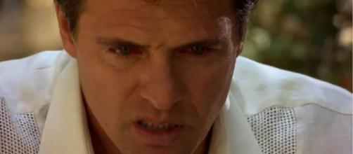 Jerônimo chora no túmulo do irmão. (Reprodução/Televisa)