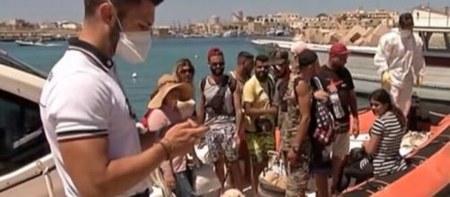 Lampedusa, 11 migranti tunisini sbarcano in tenuta vacanze e con barboncino al seguito.